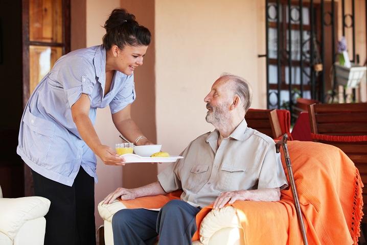 Quelles sont les solutions de garde à domicile à Paris pour un proche malade ?