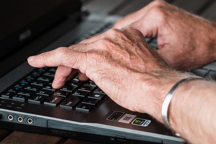 Les seniors et Internet : intérêts, avantages, risques et dangers