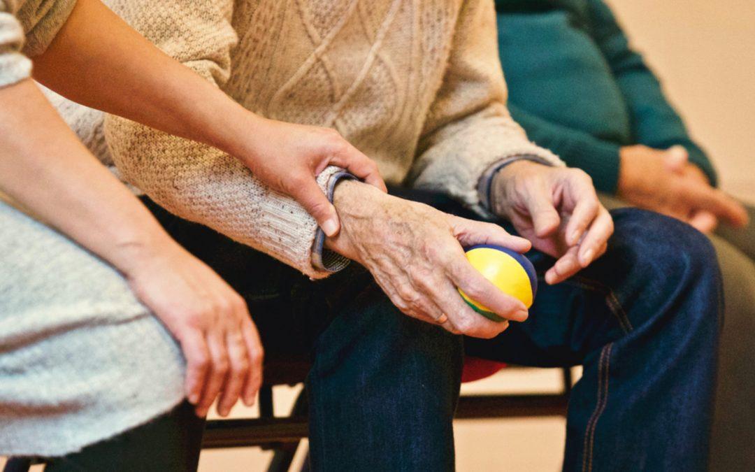 Photo d'une personne âgée bénéficiant d'un soutien grâce à l'allocation personnalisée d'autonomie