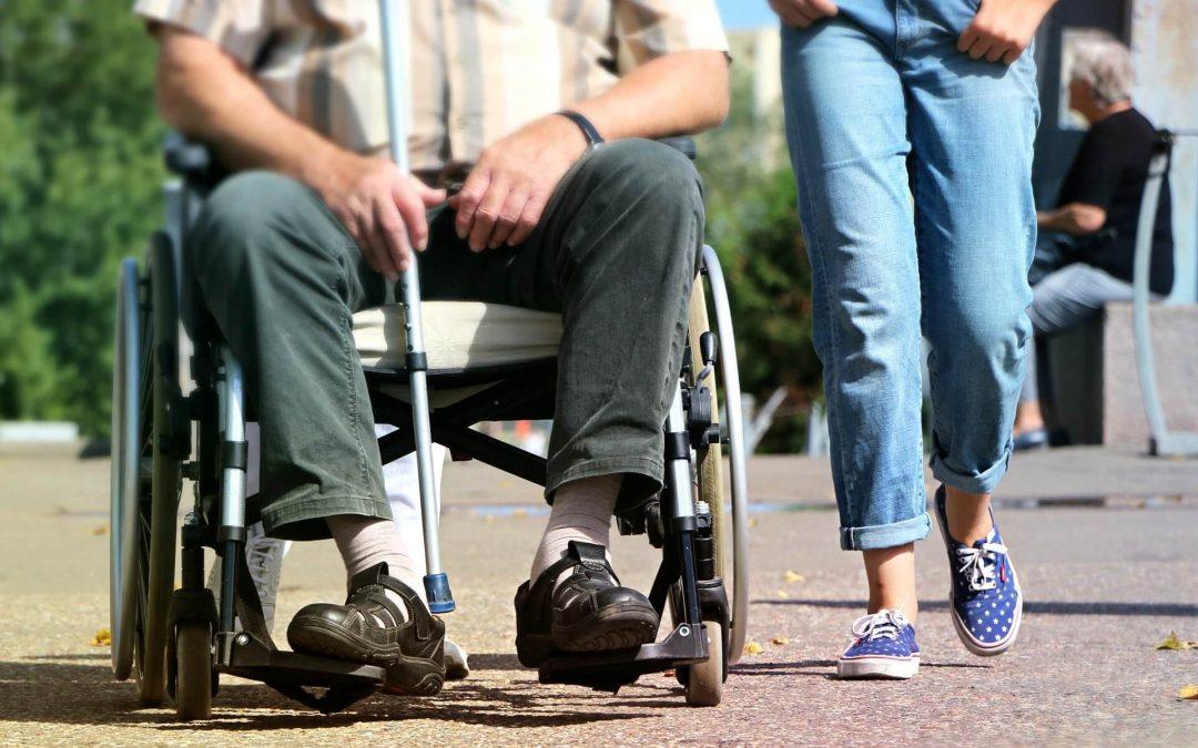 Photographie d'une personne en situation de handicap qui se déplace en fauteuil roulant